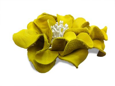 Декоративный цветок из кожи жёлтый с белой сердцевиной