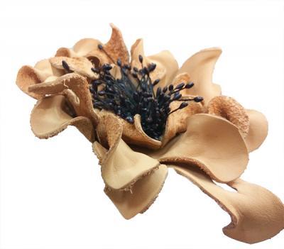 Декоративный цветок из кожи бежевый с чёрной сердцевиной