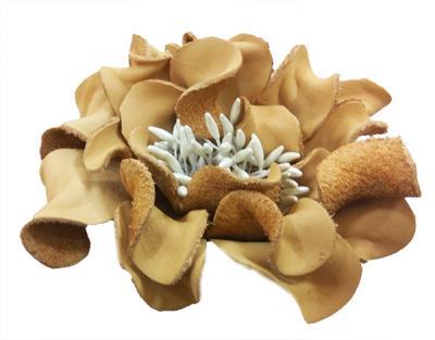 Декоративный цветок из кожи бежевый с белой сердцевиной